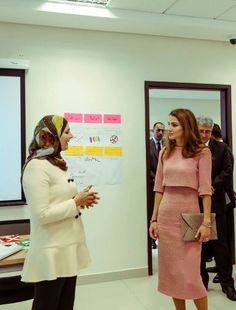 Noblesse et Royautés:  Queen Rania of Jordan, in a Roksanda Ilincic dress, met with members of the Jordan Foundation team members, November 16, 2014