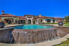 Britney Spears Is Selling Her Spanish-Style Villa. There's a large infinity pool. Britney Spears, Style Villa, Infinity Edge Pool, Spanish Style Homes, Spanish Mansion, Mediterranean Home Decor, Tuscan Style, Celebrity Houses, Celebrity Style