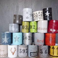 Boîtes de conserve relookees pour en faire des pots à crayons ✏ des pots pour plantes (ça rend super avec des cactus ) ou de la deco tout simplement...plus rien ne se jette tout se relooke avec les satinelles (peintures)Eleonore deco et pochoirs Eleonore deco ( il existe une centaines de pochoirs! et résultat impeccable avec les bâtons à l huile  #eleonoredeco #boite #recycler #pot #vintagestyle #deco #pochoir #boitedeconserve  #upcycled