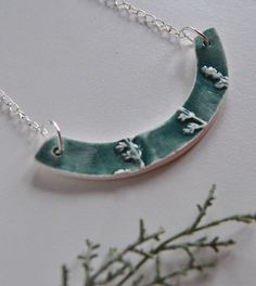 Floral hight relief blue green ceramic necklace di Arualceramics