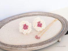 もふもふな白い花のピアスです。シンプルながら、花の白がお顔を明るく華やかにします。印象的な、揺れるチャームもご用意しました。シーンに応じて、2...|ハンドメイド、手作り、手仕事品の通販・販売・購入ならCreema。