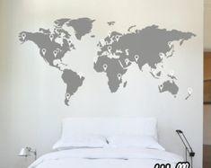 Welt Karte Wandaufkleber  Diese Welt Karte Aufkleber kann verwendet werden, zu entscheiden, Ihr nächste Abenteuer oder einfach Pin zeigen die Orte, die Sie besucht haben. Diese Wand-Vinyl wird immer ein Gesprächsthema in Ihrem Hause sein. Seine eine große Welt da draußen!  Größe; 2,13 M breit x 1,06 M Höhe (7 x 3,47 ft) - kommt in zwei Abschnitte für eine einfache Montage.  Sie erhalten;  1 x World Map-Wandaufkleber 30 X Zeiger (wenn Sie weitere Hinweise, lassen Sie es uns benötigen wissen!)…