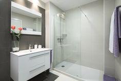 appliques murales au-dessus du miroir et dans la cabine de douche