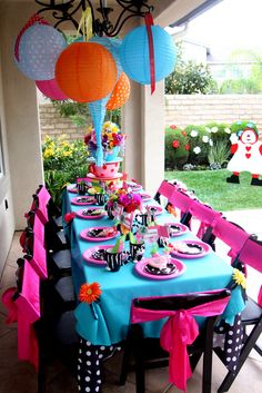 Alice in Wonderland Birthday. I would love to do this for Payton's next birthday!