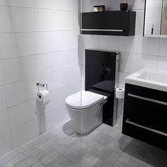 Vitt och grått badrum