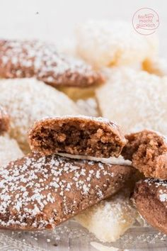 Ricciarelli di Siena sind ein köstliches Mandelgebäck, das ähnlich wie Macarons aus Mandeln, Zucker und Eiweiß besteht. Die italienischen Mandelkekse schmecken nach feinem Marzipan.