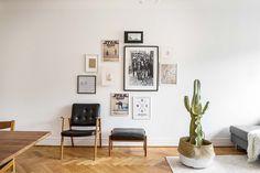To mieszkanie znajdujące się w centrum szwedzkiej stolicy to idealne odzwierciedlenie gustu jego mieszkańców. Wiele z mebli i akcesoriów właściciele znaleźli na targach staroci, niektóre pochodzą wprost ze strychu babci. Wnętrze jest jasne i przejrzyste, doskonałym uzupełnieniem bieli ścian jest ory