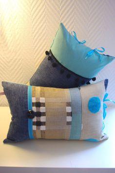 Voici une nouvelle paire de coussins bohèmes dans des tons frais! Réalisés dans un patchwork de tissus haut de gamme récupérés et décorés de rubans et boutons assortis. Les coussins sont déhoussables et mesurent 47/30 cm VENDUS
