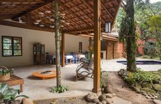 Salas de estilo topical por SET Arquitetura e Construções