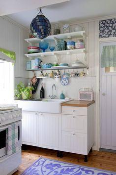 Keittotila sai remontissa uuden ilmeen. Vaaleat alakaapit valittiin Ikeasta. Clas Ohlsonilta ostettu radio sopii täydellisesti mökin hulluttelevan romanttiseen tyyliin.