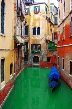 """Venice, Italy.♥ ONE DAY, i will ride on one of those little boats with my love, and there will be a sexy Italian man singing us romance songs as we float along listening to Dean Martin """"An Evening in Roma"""". HAHA. YUSS."""