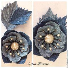 Create a denim brooch - a flower with a Swarovski crystal Denim Flowers, Cloth Flowers, Fabric Flowers, Jean Crafts, Denim Crafts, Diy Old Jeans, Denim Wedding, Fabric Flower Brooch, Textile Jewelry