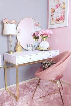 White Makeup Table With Pink Chair ★ You've finally . White Makeup Table With Pink Chair ★ You've finally decided to get a makeup vanity table but lack ideas? To help you with your. Vanity Table Set, Makeup Table Vanity, Vanity Desk, Makeup Drawer, Makeup Bord, White Vanity Table, White Makeup Vanity, Bedroom Makeup Vanity, Pink Vanity