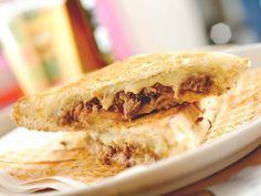 Pão crocante, queijo derretido: sabores e texturas que se casam em perfeita comunhão. Pensando nisso, a Tostex®, lanchonete especializada em sanduíches tostados, inaugura seu primeiro food truck, a Kombinha de Tostex.