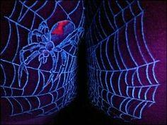 Zwischen den Beinen ist ein Spinnennetz gewachsen Blacklight