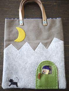 ちいさな魔女のアップリケを施したミニバッグです。袋部分サイズ(持ち手を除く):タテ約19cm×ヨコ約16cm マチなしアップリケ部分:フェルト持ち...|ハンドメイド、手作り、手仕事品の通販・販売・購入ならCreema。