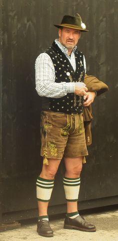 Fescher Bursche in seiner Tracht Ancient man ref Traditional Fashion, Traditional Dresses, European Men, Komplette Outfits, Folk Costume, Costumes, Lederhosen, Beard Styles, What To Wear