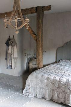 Mooie combinatie met de balken Home Bedroom, Diy Bedroom Decor, Home Decor, Ideas Para Organizar, Minimalist Bedroom, Beautiful Bedrooms, Soft Furnishings, Comforter Sets, B & B