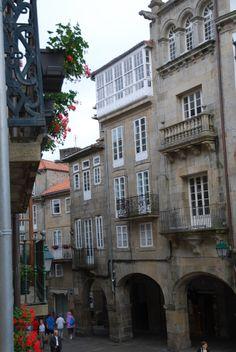 El nombre de Rua da Azabachería, responde a que fue el lugar elegido en el pasado por los orfebres azabacheros para montar sus talleres. Santiago de Compostela.