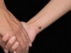 petit tatouage discret, tatouage poignet petit, dessin stylisé