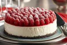 Raspberry Cheesecake with Grand Marnier. Your family and friends will be delighted with Driscoll's exquisitely rich raspberry Grand Marnier cheesecake recipe. Köstliche Desserts, Delicious Desserts, Dessert Recipes, Summer Desserts, Health Desserts, Grand Marnier, Chocolate Raspberry Cheesecake, Baked Cheesecake Recipe, Oreo Cheesecake