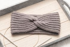 In this post, I will show you how to knit a headband with a twist. The headband is knit in English rib and has a classy twist in the middle (no seam! Knitted Headband Free Pattern, Baby Cardigan Knitting Pattern Free, Easy Knitting Patterns, Free Knitting, Baby Knitting, Crochet Headbands, Crochet Twist, Knit Crochet, Knitting Basics