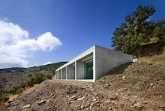 House by En Route Architects Parallel House by En Route Architects. Parallel House by En Route Architects.Parallel House by En Route Architects. Parallel House by En Route Architects. Greece Architecture, Contemporary Architecture, Architecture Office, Futuristic Architecture, Cliff House, House On A Hill, Haus Am Hang, Fachada Colonial, Casa Patio
