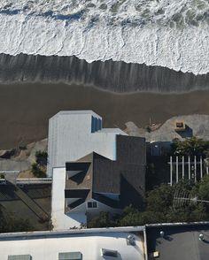 #actualite #actu #news Une maison est suspendue au-dessus d'une falaise érodée à Pacifica en Californie, le mercredi 27 Janvier. Les tempêtes et les vagues puissantes provoquées par El Nino ont intensifié l'érosion le long des côtes de cette région, provoquant l'effondrement de certains bâtiments construits en bord de mer. #Photo: Josh Edelson @joshedelsonphotography pour @afpphoto A house is seen hanging over a #cliff in #Pacifica, #California on January 27, 2016.