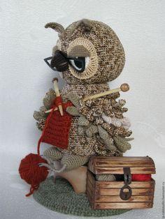 """""""Сова-рукодельница"""" интерьерная игрушка – купить в интернет-магазине на Ярмарке Мастеров с доставкой Crochet Owls, Crochet Animal Patterns, Owl Patterns, Crochet Animals, Crochet For Kids, Amigurumi Toys, Softies, Macrame Owl, Owl Hat"""