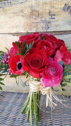 Ramo para novia con flores rojas: amapolas, rosas, flores de temporada.