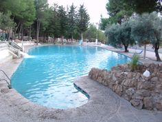 Con su 1.000.000 de litros es la piscina termal más grande de Andalucía.