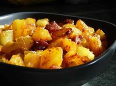 Garlicky Fried Potatoes with Chorizo. Easy Healthy Recipes, Snack Recipes, Easy Meals, Cooking Recipes, Chorizo, Desserts Thermomix, Fried Potatoes, How To Cook Potatoes, Side Dishes