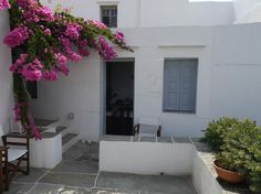 The entrance and the terrace of the studio.