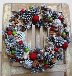 Voňavý+věnec+se+skořicí+a+badyánem+-+masivní+věnec+z+přírodního+materiálu,+doplněno+klubíčky,+špulkami,+dřevěnými+přízdobami,+skořicí,+badyánem..+-+voňavá+vánoční+dekorace+v+tradičních+barvách+-+průměr+31+cm Christmas Wreaths, Holiday Decor, Home Decor, Christmas Garlands, Homemade Home Decor, Holiday Burlap Wreath, Decoration Home, Interior Decorating