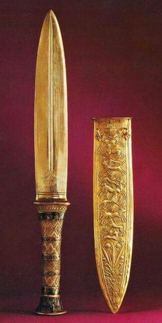 Gold dagger, from the tomb of King Tutankhamun, Egyptian Museum, Cairo. Gold daggers were reserved for the nobility, but bronze or copper daggers were used from the Old Kingdom on in Egypt. Historical Artifacts, Ancient Artifacts, Empire Romain, Art Ancien, Egypt Art, Tutankhamun, Ancient History, European History, Ancient Aliens