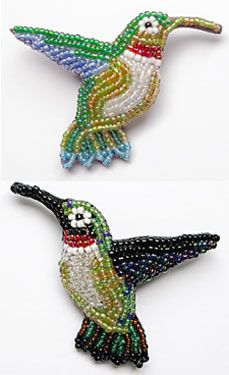 Hummingbird Pin by Judith Bertoglio-Giffin This is small scale bead embroidery and these are so quick to make that you could have a whole flock of them for a necklace. Add a few flowers and you will have a garden for your neckline. Beaded Crafts, Beaded Ornaments, Jewelry Crafts, Bead Embroidery Jewelry, Beaded Embroidery, Beaded Jewelry, Jewellery, Beading Projects, Beading Tutorials