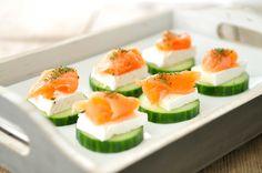 Een heerlijke gezonde snack als tussendoortje of voor de lunch: toastjes van komkommer brie en zalm. De komkommer gebruiken we als toastje en beleggen we met een plakje brie en een stukje gerookte zalm.