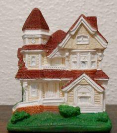 Miniatura em gesso pintado à mão. A coleção deve ter casas de diversos tipos, mas com um pouco de paciência e habilidade, é possível obter objetos de boa qualidade e baixo custo.