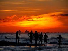 Siluetas en Varadero, Cuba Sobre el horizonte la ciudad de Matanzas, Cuba, sobre la ciudad el último reflejo del sol poniente, entre la ciudad y yo la vasta playa de Varadero, encima de la arena la gente y el agua... Leer más: https://www.fotografiart.eu/siluetas-en-varadero/