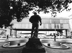 Escultura em mármore 'Anhanguera' de Luiz Brizzola em frente ao Masp, ainda com o espelho d'água em foto de 1972. A obra foi concebida em Gênova, na Itália, pelo escultor Luiz Brizzolara e inaugurada em 11/8/1924 nos jardins do Palácio dos Campos Elísios. Foi transferida para a frente do parque Trianon em 1935. - Alfredo Rizzutti/Estadão