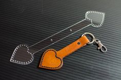 Ce modèle en forme de coeur est pour la création d'un porte-clé pour la personne que vous aimez. En fait un joli porte-clé qui dispose d'espace pour y ajouter un prénom ou date sur le côté long et votre nom d'amours à l'intérieur du cœur. Livré avec ou sans trous de couture. Les