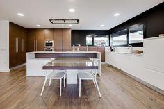 Chiralt Arquitectos I Cocina moderna con isla central.