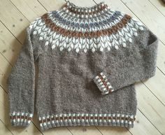 Billedresultat for lett lopi opskrift gratis Fair Isle Knitting Patterns, Knit Patterns, Knitting For Kids, Knitting Socks, Norwegian Knitting, Nordic Sweater, Icelandic Sweaters, Knitwear Fashion, Knit Crochet
