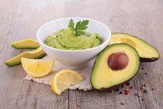 Bananen avocado spread - Rineke Dijkinga •1 banaan •1 avocado •2 eetlepels havermout •Sap + rasp van een kleine citroen-, limoen- of sinaasappel ( rasp alleen indien het fruit biologisch is) •1 eetlepel gedroogde citroenverbena (of een koffielepel gemalen koriander)*  * vers is natuurlijk zeker zo lekker!  •Snufje zout •1 koffielepel lijnzaadolie •1 koffielepel hennepolie (of 2 koffielepels van 1 van beide oliën) •20-25 gram spinazie •1 a 2 eetlepel gepeld hennepzaad
