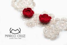 Colar em malha de prata em forma de flores e linha vermelha. Knitted silver necklace with red line. http://www.marcocruzjoalheiro.com/