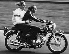 James Hunt and Mike Hailwood in Brands Hatch riding an Honda CB 500 Four Motorcycle Racers, Racing Motorcycles, Vintage Motorcycles, Custom Motorcycles, Custom Bikes, Honda Cb 500, Cafe Racer Moto, F1 Motor, James Hunt