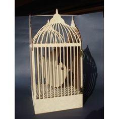 Magnifique cage en 3D en bois, à monter, avec à l'interieur couverture mini en forme d'oiseau et une cachette pouvant recevoir un mini, livrée avec deux charnières en laiton et un petit crochet dim; montée 30cm HT/ 15.5 cm de L Certificat de dépôt horodatéN°D4612-2195