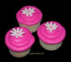 hot pink cupcakes with flower by Simply Sweets - don't necessarily like the hot pink but like these daisies better.