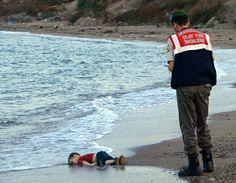 #Réfugiés: les images d'un enfant mort noyé à #Bodrum suscitent l'horreur http://t.co/xxk4EgpApl