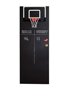 Un tablero de baloncesto en la puerta de la habitación